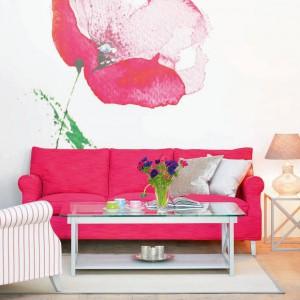 Znakomite tło dla nowoczesnej różowej sofy marki Fogia stanowi fototapeta z kwiatem w romantycznym kolorze mebla. Fot. Fogia.