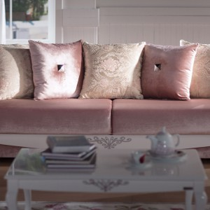 Elegancka sofa Diana o miękkich liniach, idealna do wnętrza klasycznego, barokowego lub w stylu glamour.  Fot. Istikbal.