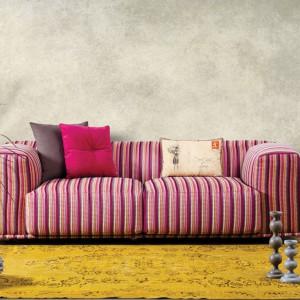 Wygodna kanapa w paski w kilku odcieniach różu. Fot. Demirbag.