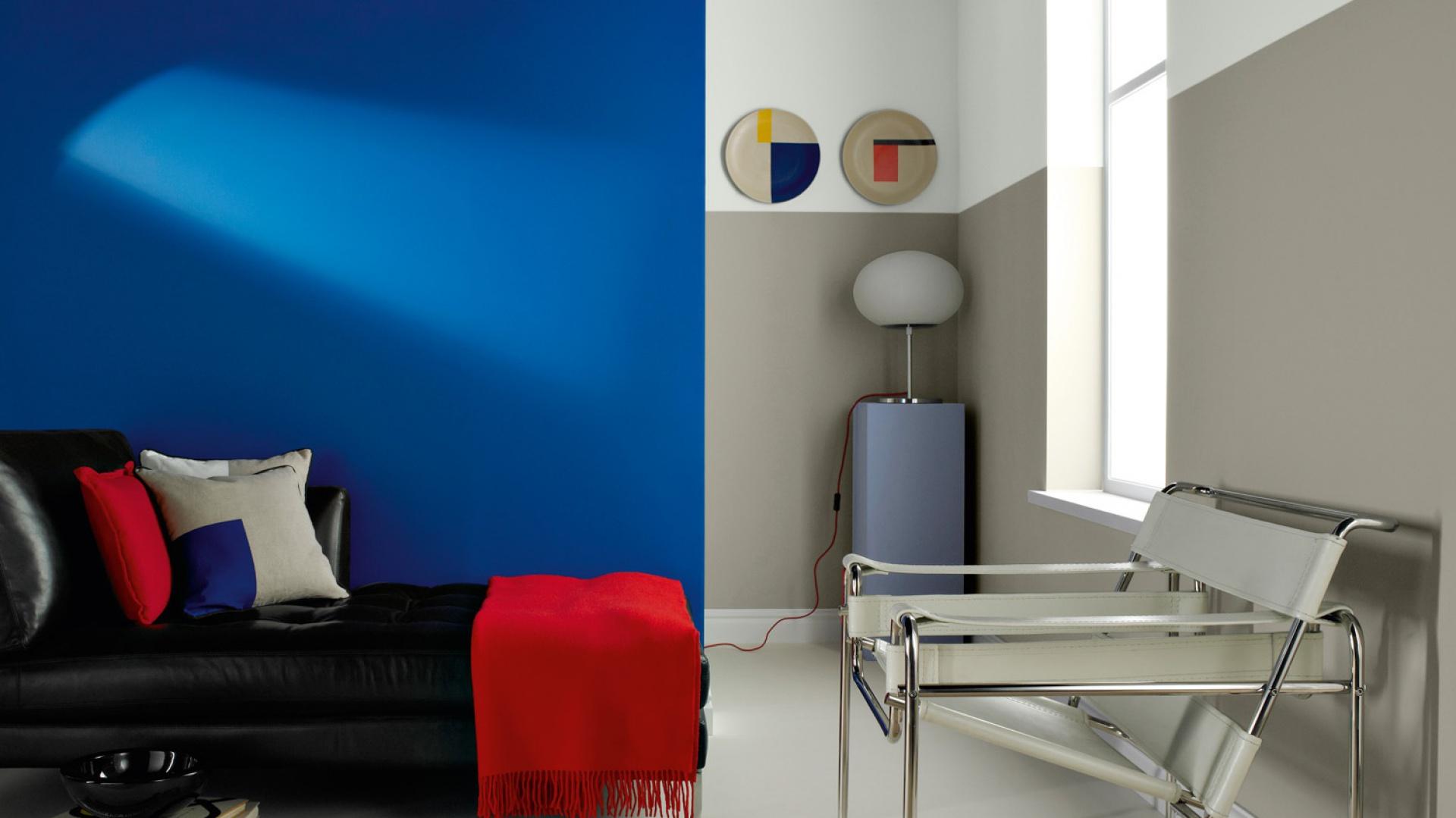 Intensywny niebieski i neutralny szary - dobry zestaw nie tylko do salonu. Fot. Farby Crown.