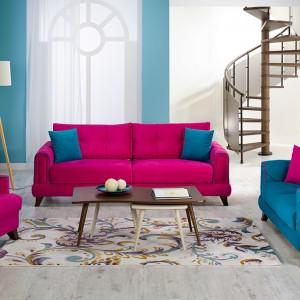 Różowa sofa z serii Viva zestawiona z turkusowymi dodatkami i kanapą tworzy iście bizantyjski wystrój salonu. Fot. Istikbal.