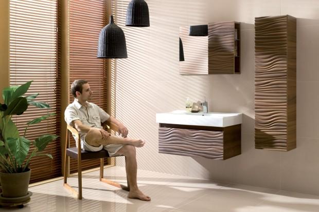 Ciepłe, głębokie wybarwienie drewnianych mebli, ściany w kolorze orzecha lub brązowe dywaniki to dobry sposób na urządzenie przytulnej łazienki w domowym klimacie.