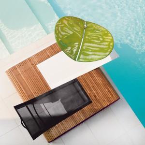 Podwójny leżak z kolekcji Tandem marki Ego Paris, którego ramę wykonano z drewna teakowego. Fot. Ego Paris.