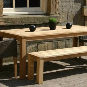 Duży, drewniany stół o prostej, tradycyjnej formie marki Occa Home uzupełnia ławeczka z tej samej kolekcji. Fot. Occa Home.