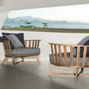 Fotele w drewnianej ramie z najnowszej kolekcji marki Gervasoni - InOut. Okrągła forma siedzisk podkreśla ich designerski charakter. Fot. Gervasoni.