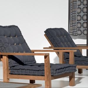 Wygodne fotele wypoczynkowe z kolekcji InOut marki Gervasoni dostępne z czarnymi, pikowanymi poduchami. Fot. Gervasoni.