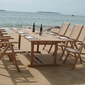 Duży stół oraz krzesła z wysokim oparciem z kolekcji Rimini marki Miloo nawiązują do tradycyjnego wzornictwa drewnianych mebli ogrodowych. Fot. Miloo.