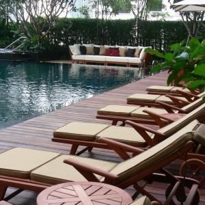 Rozkładane leżaki marki Deesawat, których rama w całości jest wykonana z drewna teakowego. Fot. Deesawat.