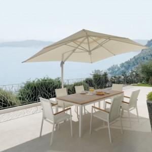 Stół i krzesła z kolekcji Timber marki Talenti wyróżniają drewniane elementy dekoracyjne, w tym stylowy blat, które wykonano z drewna teakowego. Fot. Talenti.