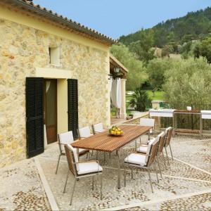 Duży stół z teakowym blatem z kolekcji Home marki Viteo do skompletowania z wygodnymi krzesłami. Fot. Viteo.