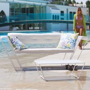 Meble wypoczynkowe Float zaprojektowane dla marki Talenti dostępne w dwóch wersjach kolorystycznych. Na zdjęciu w czystej bieli.