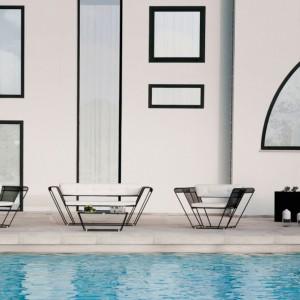 Meble wypoczynkowe Float zaprojektowane dla marki Talenti dostępne w dwóch wersjach kolorystycznych. Na zdjęciu w eleganckiej czerni.