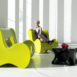 Doux to fotele i stoliki o charakterystycznych kształtach o wysokim połysku zaprojektowane dla marki Vondom. Dostępne w kolorze lub białe.