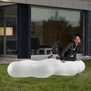 Lava to ogrodowa leżanka o morficznych kształtach lawy zaprojektowana dla marki Vondom. Poza oczywistymi walorami wypoczynkowi, pełni też rolę oświetlenia - w nocy świeci.