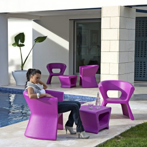 Fotele i stoliki z kolekcji Pal zaprojektowane dla marki Vondom dostępne w mocnych soczystych kolorach oraz neutralnej bieli.