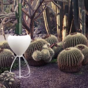 Biała donica, której podstawa przypomina cienkie makaroniki o wymownej nazwie Spaguetti zaprojektowana dla marki Vondom.