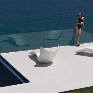 Leżak o organicznej formie nawiązującej do deski do serfowania po wodzie Surf zaprojektowany dla marki Vondom.