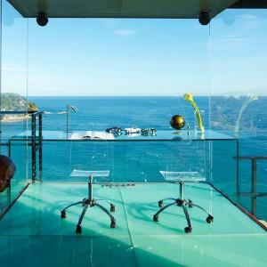 Przeszklona ogromna rezydencja na wybrzeżu Costa Brava. Co powiecie na taki gabinet? Posiadłość na sprzedaż. Fot. Sotheby's.
