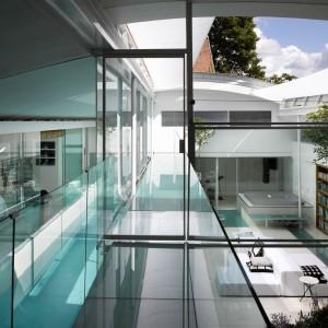 Szklana posiadłość Gayton Road z nowoczesnym wewnętrznym basenem. Na sprzedaż! Fot. The Modern House.
