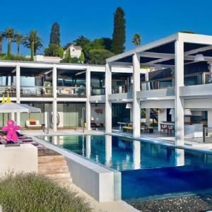 Luksusowa willa na francuskim wybrzeżu Morza Śródziemnego. Na sprzedaż przez agencję Sothebys. Fot. Sothebys.