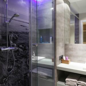 Gdy nie możemy zdecydować się na wybranie fototapety do dekoracji naszej łazienki, najlepiej skorzystać z własnego albumu. Zdjęcie z wakacji to nie tylko dekoracja o sentymentalnej naturze, ale i gwarancja aranżacji unikatowego wnętrza. Projekt Lucyna Kołodziejska. Fot. Bartosz Jarosz.