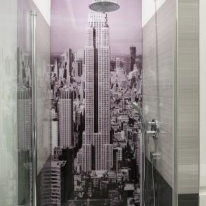 Szybki prysznic na Manhattanie? Dlaczego by nie! Motyw metropolii takich jak Nowy York, Londyn czy Paryż jest ciągle w modzie. Projekt Anna Maria Sokołowska. Fot. Bartosz Jarosz.