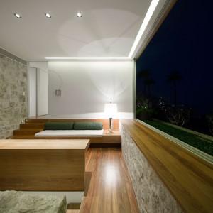 Pokój dzienny z widokiem. Fot. Arthur Casas Studio.