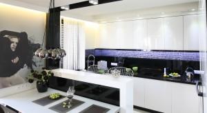 Szkło łączy walory estetyczne z praktycznymi. I właśnie dlatego warto nim wykończyć ścianę nad kuchennym blatem. Efekt będzie naprawdę super.