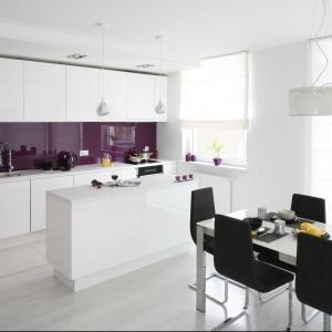 Kolor fioletowy zastosowany nad blatem pięknie ożywia przestrzeń kuchni. Projekt: Anna Maria Sokołowska. Fot. Bartosz Jarosz. Stylizacja: Ewa Kozioł.