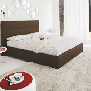 Okrągłe lustra o różnej średnicy ozdabiają ścianę nad łóżkiem. tworząc oryginalną dekorację.Fot.Kler.