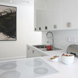 W tej kuchni biała jest nie tylko ściana nad blatem i meble. W tym kolorze jest również sprzęt AGD. Projekt: Dominik Respondek. Fot. Bartosz Jarosz. Stylizacja: Anna Usakiewicz.