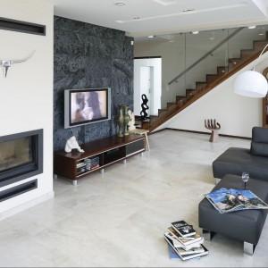 Minimalistyczny kominek między salonem a jadalnią symbolizuje ciepłą, rodzinną atmosferę, jaka panuje tutaj na co dzień. Fot. Bartosz Jarosz.