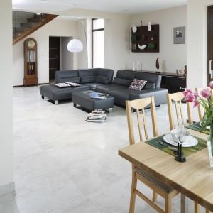Ze względu na zastosowanie ogrzewania podłogowego na całości parteru,  podłogę wykonano z płytek gresowych o szaro-beżowym kolorze i strukturze kamienia. Fot. Bartosz Jarosz.
