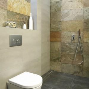 Ściany wyłożone łupkiem wyglądają niezwykle efektownie, stanowią naturalną dekorację łazienki. Fot. Bartosz Jarosz.