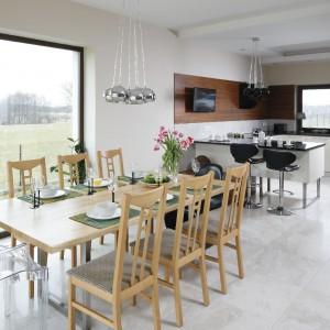 Jasna przestrzeń jadalni stanowi pewną wizualną odskocznię od ciemniejszego salonu i kuchni. Fot. Bartosz Jarosz.