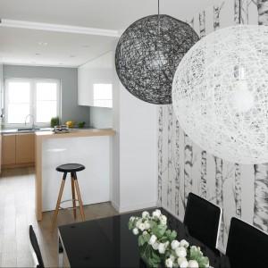 Wyposażenie: stół IKEA / krzesła Kare Design / lampy nad stołem Random Moooi śr. 50 cm / tapeta  Mr. Perswall Tree / podłoga – płytki Wood Ker EdiMax kolor Cream. Fot. Bartosz Jarosz.