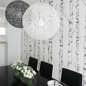 Lampy marki Moooi nad stołem. Fot. Bartosz Jarosz.
