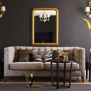 Super modna szara sofa o prostej formie. Fot. Tesco Direct.