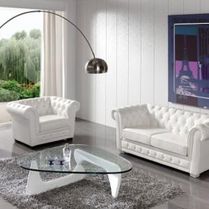Dwuosobowa pikowana sofa nada wnętrzu nieco elegancji. Fot. Muebles Lara.