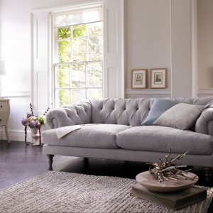 Klasyczna szara sofa z pikowanym oparciem marki Marks&Spencer. Fot. Marks&Spencer.