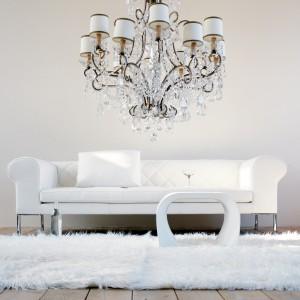 Modna, biała sofa na metalowych nóżkach. Fot. Galeria Wnętrz.