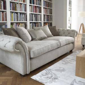 Klasyczna pikowana sofa w modnym, szarym kolorze. Fot. Furniture Village.