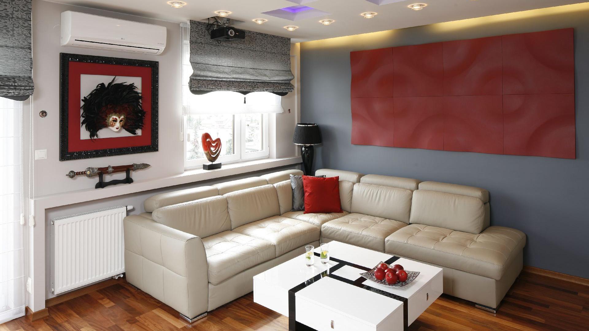 Oświetlenie w salonie spełnia dwie funkcje. Jedna z nich to funkcja użytkowa, drugą, relaksacyjną, pełnią ukryte źródła światła w postaci taśm LED. Fot. Bartosz Jarosz.