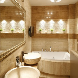 Właściciele zawsze marzyli o łazience w stonowanej kolorystyce, przeznaczonej głównie do relaksu. Wanna z funkcją hydromasażu oraz zamontowany tu telewizor przesądzają o rekreacyjnym charakterze pomieszczenia. Fot. Bartosz Jarosz.