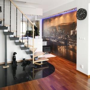 Imponujące schody prowadzą na poddasze. Ich lekka, wręcz eteryczna konstrukcja nie zakłóca stylistyki wnętrza, wręcz przeciwnie – podkreśla precyzyjność  całej aranżacji. Fot. Bartosz Jarosz.