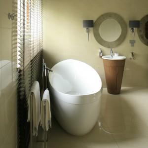 W utrzymana w konwencji saloniku SPA łazience wolno stojąca wanna zaprasza do relaksującej kąpieli. Projekt Paweł Ejsmont. Fot. Bartosz Jarosz.