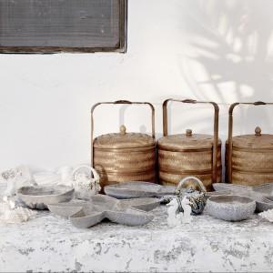 Piękne plecione kosze oraz miseczki w kształcie egzotycznych muszli z oferty marki Zara Home. Fot. Zara Home.
