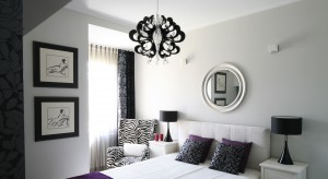 Dekoracyjna rama lustra może stanowić we wnętrzu ciekawy akcent, a umieszczona w odpowiednim miejscu lustrzana tafla może optycznie powiększyć przestrzeń. Zobacz 12 pomysłów na aranżację sypialni z lustrem!