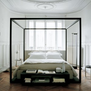 Seria Alcova (projekt z 2003 roku) to nowoczesna interpretacja klasycznego łóżka z baldachimem. Fot.B&B Italia.