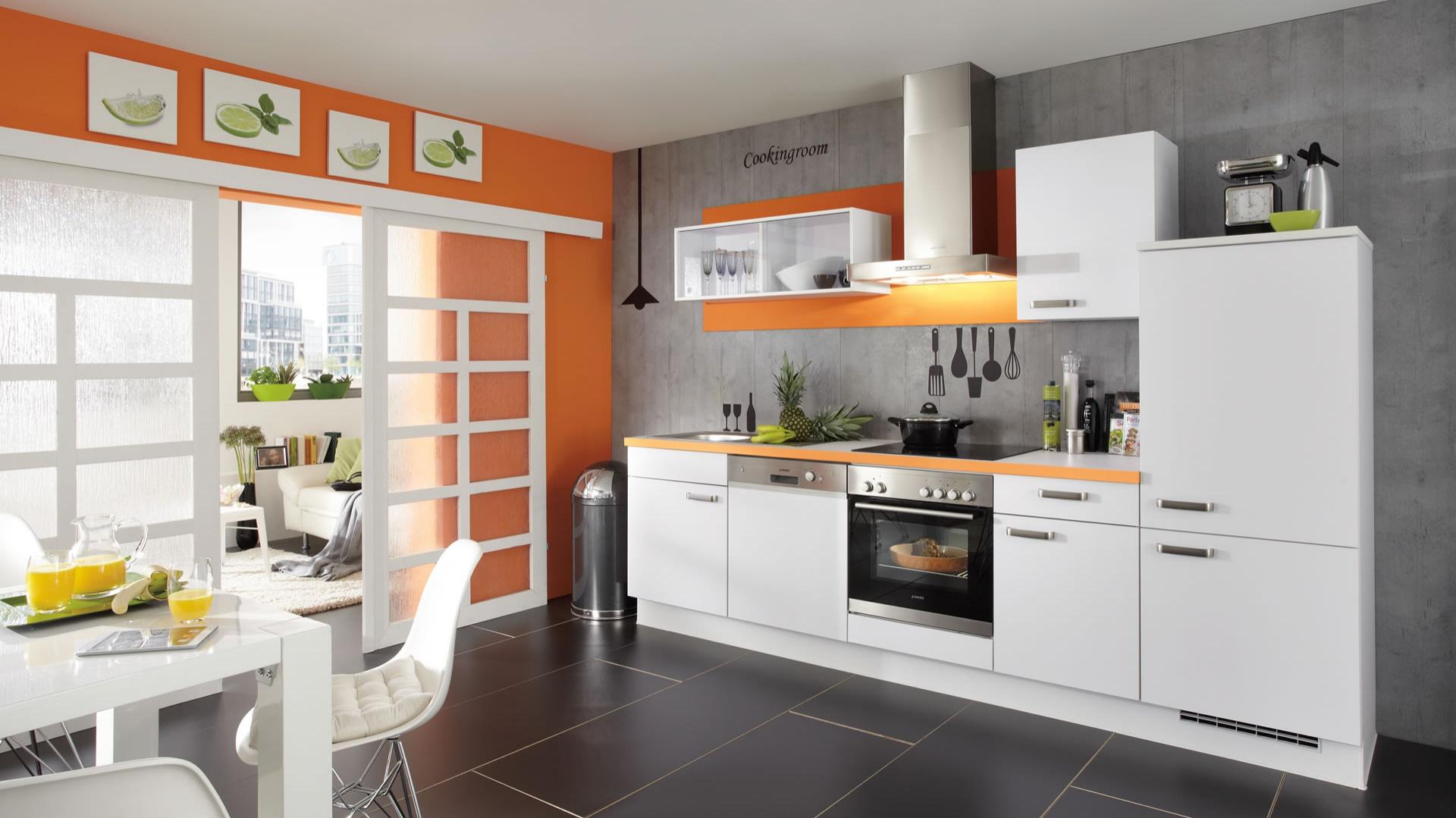 Meble z kolekcji Speed firmy Nobilia. Idealne do małego aneksu kuchennego. Kolor pomarańczowy zastosowany na ścianach oraz na blacie ożywia biało-szarą kolorystykę. Meble zapewniają niewielki blat roboczy oraz całkiem sporo miejsca na przechowywanie.
